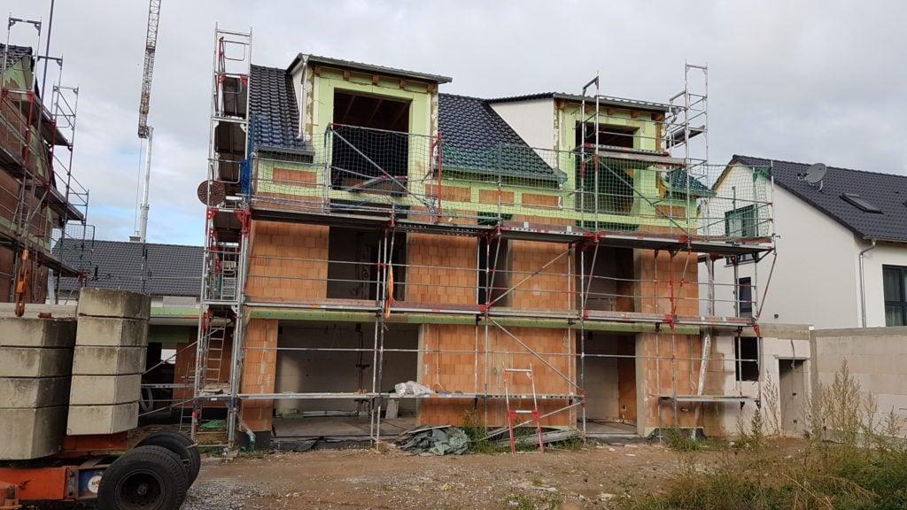 Rückseite Einfamilienhaus mit Dachpfannen ohne Fenster und Fassade