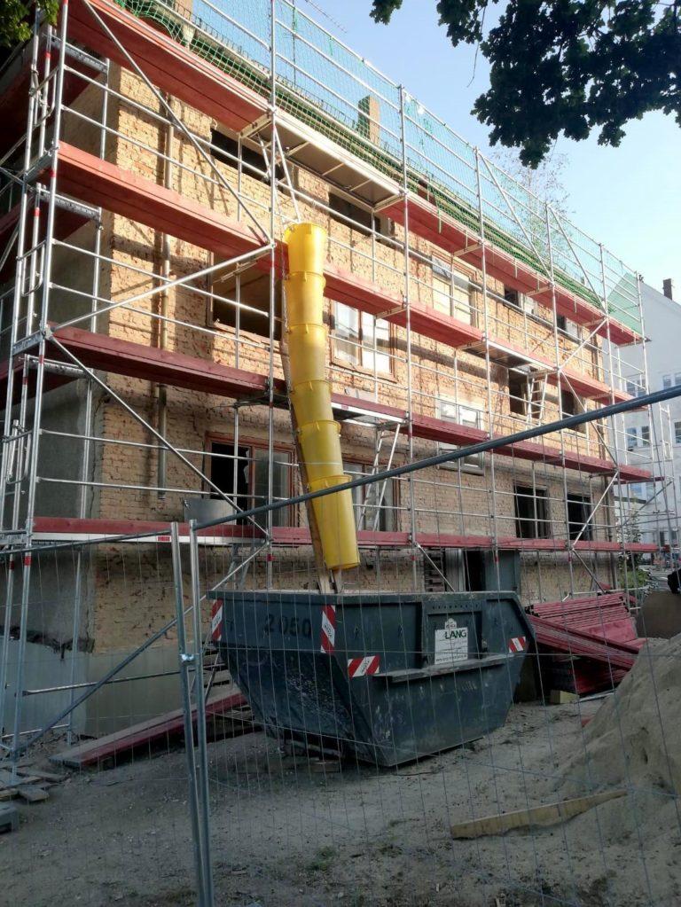 Rückseite Mehrfamilienhaus in Sanierung